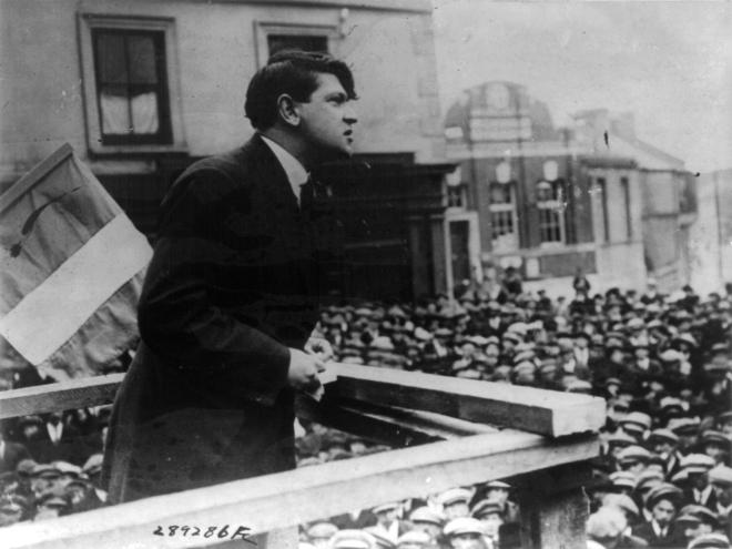 """Michael John """"Mick"""" Collins foi um líder revolucionário irlandês, que agiu como Ministro das Finanças da República Irlandesa, foi Director do IRA."""