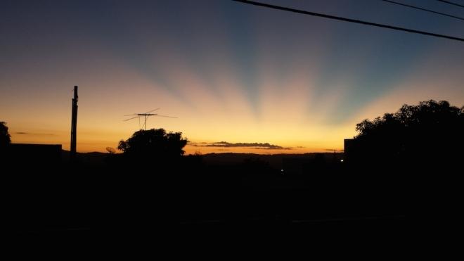 Primeiro dia no Brasil depois do retorno. O pôr do sol direto da janeiro do meu quarto.