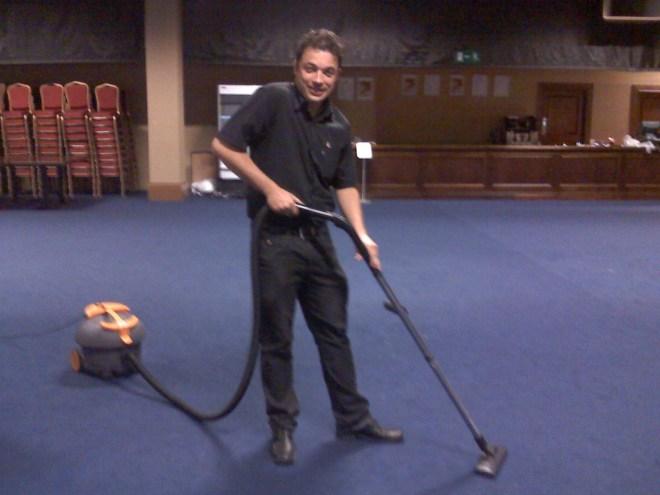 Meu primeiro trabalho em Dublin. Limpar um salão de eventos gigante.