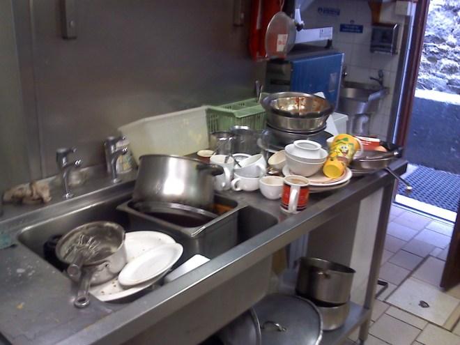 Me segundo trabalho, Kitchen Porter. Todo dia quando chegava essa era a primeira cena.
